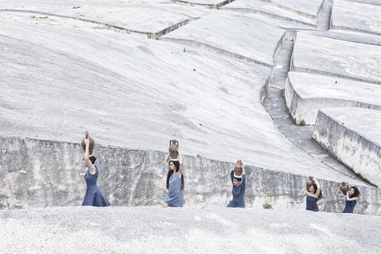 Marzia Migliora per la Nona Giornata del Contemporaneo, Aqua Micans, 2013 / Realizzata al Grande Cretto di Alberto Burri, Gibellina / Ph. Turiana Ferrara