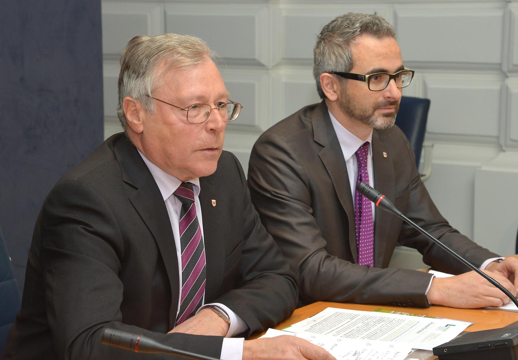 Il-Direttore-di-Dipartimento-Heinrich-Holzer-e-Michael-Oberhuber-Direttore-del-Centro-Sperimentale-Laimburg
