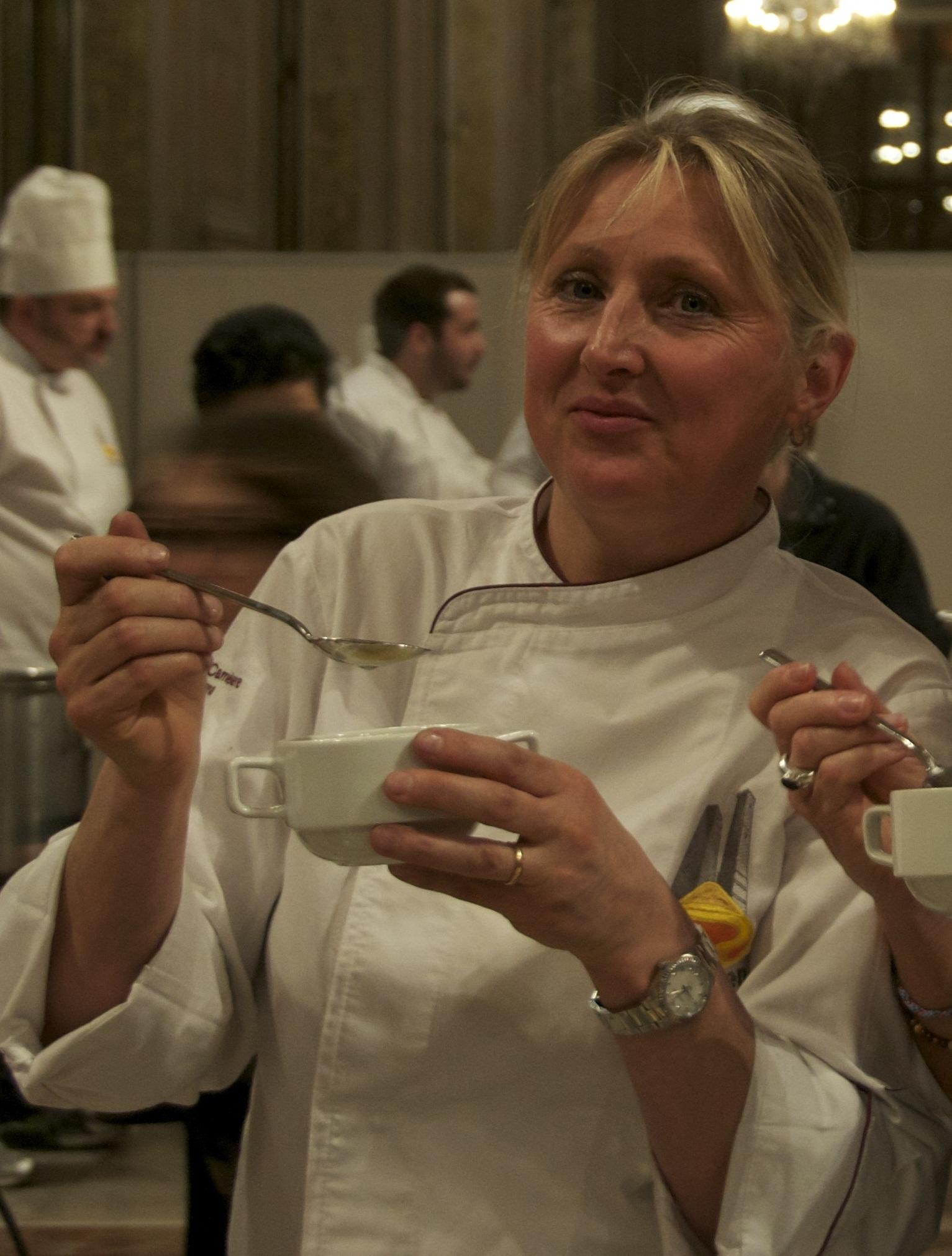 Lucia Antonelli della Taverna del Cacciatore (Catiglione dei Peopoli - Bologna) con il tortellino tradizionale in brodo gallina e manzo.