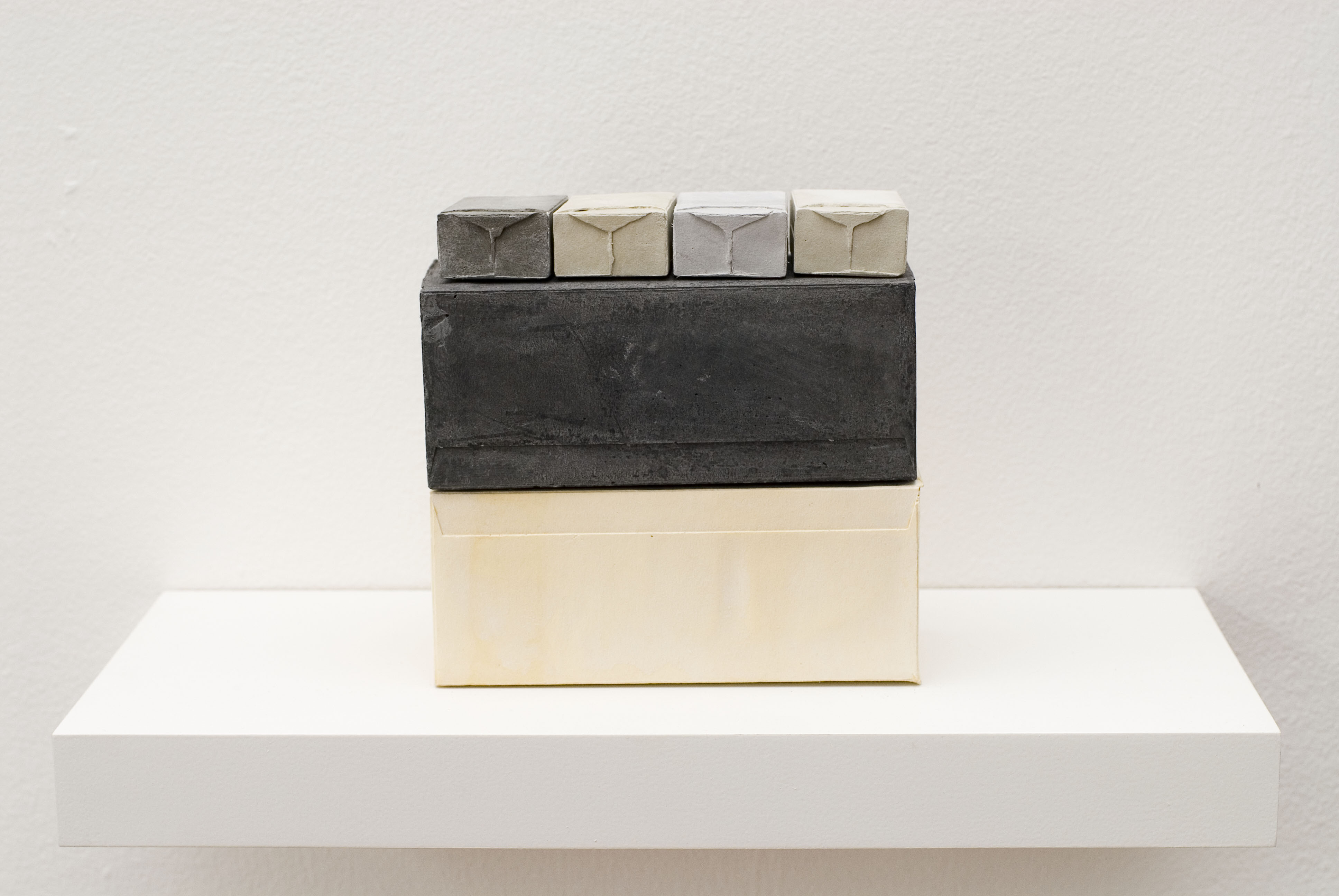 Rachel Whiteread  Model IV , 2006  Gesso, legno e alluminio (1 scaffale, 6 unità)/Plaster, wood and aluminium (1 shelf, 6 units) 20.5 x 40 x 20 cm Courtesy Galleria Lorcan O'Neill Roma